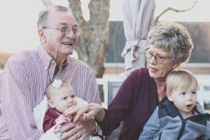 photo de jeunes et de personnes âgées